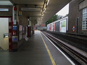 Harrow-on-the-Hill station - Image: Harrow on the Hill stn platform 1 look south