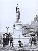 Trabajadores terminan de instalar un monumento a la policía de Chicago, 1889.