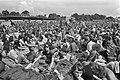 Internationaal Popfestival in Hilversum op de grond gezeten menigte toeschouwer, Bestanddeelnr 927-3349.jpg