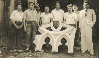 São Paulo Cathedral - Team responsible for sculpting the window frames. The second from left to right was Angelo Palici and the fifth from left to right, in the center of the piece, was João Baccaro.