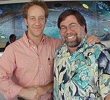 Joey Slotnick (a sinistra) assieme a Steve Wozniak (a destra), che ha interpretato nel film TV I pirati di Silicon Valley