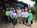 Kai Feller mit Anhängerinnen der Duong Van Minh Religion.jpg