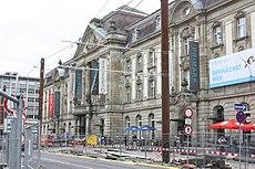 Karlsruhe, der Europaplatz mit Postgalerie.JPG