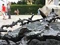 Kunst an einem Denkmal, Stacheldraht wird dargestellt.jpg