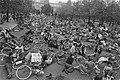 Landelijke fietsdemonstratie in Amsterdam fietsers liggen op de grond op Museum, Bestanddeelnr 929-2096.jpg