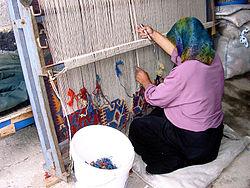 Een Turkse vrouw in Konya werkt aan een traditioneel weefgetouw.