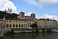 Lyon, an der Saône, Cathédrale Saint-Jean-Baptiste (12.), hinten Notre-Dame de Fourvière (19.) (41976208514).jpg