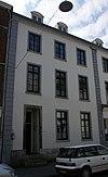 foto van Linker pand van een groep van drie identieke huizen met gepleisterde lijstgevel.
