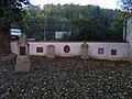 Malostranský hřbitov, náhrobky jižní zdi u parkoviště.jpg