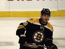Photo de Mark Recchi qui patine dans l'uniforme des Bruins.