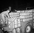 Melkfabriek man tilt de melkbussen op een vrachtwagen, Bestanddeelnr 252-9456.jpg