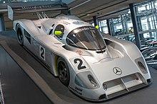 Photo d'une voiture d'endurance grise, en exposition
