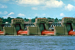 Roller dam - Image: Mississippi River Lock and Dam number 15 closeup