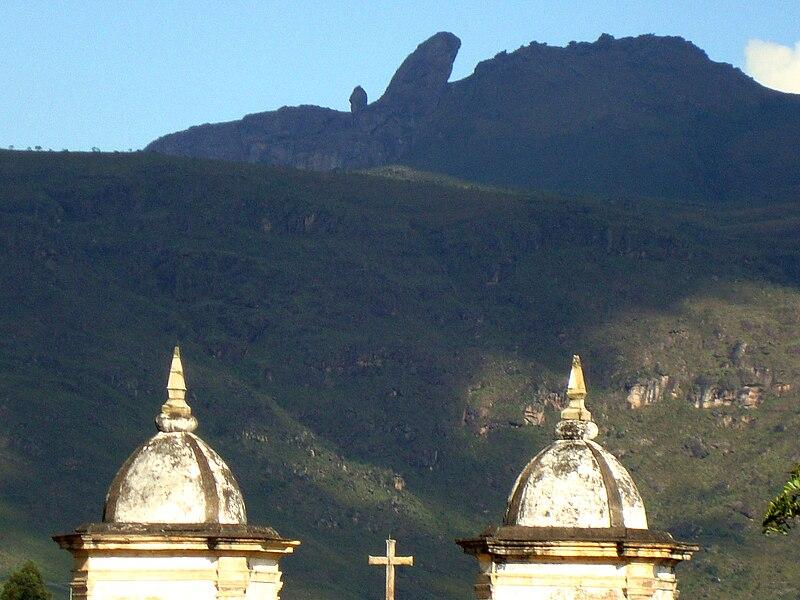 File:Montanhas e torres da Igreja de Nossa Senhora das Mercês e Perdões.jpg