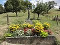 Naives-Rosières (Meuse) Rosières, croix de chemin fleurie.jpg