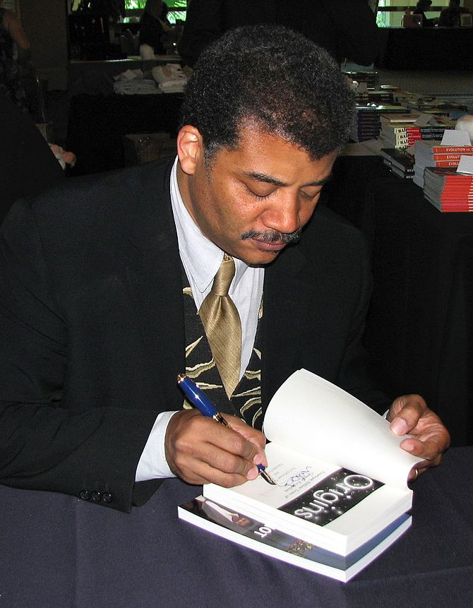 English: Neil deGrasse Tyson siging a copy of ...