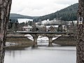 Niedrigwasser am Schluchsee, Brücke der Dreiseenbahn in Schluchsee.jpg