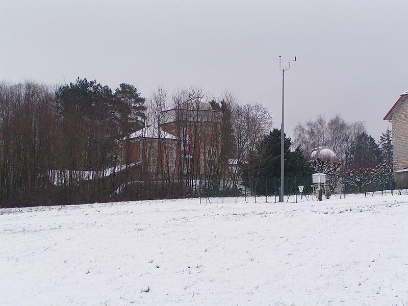 Un bâtiment de l'observatoire de Besançon et à l'avant-plan à droite les instruments de mesure du centre météorologique du Doubs (Doubs, France).