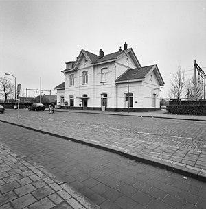 Overzicht voorgevel en rechter zijgevel, station - Zevenbergen - 20346635 - RCE.jpg