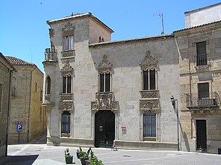 Palacio de la Marquesa de Cartago. Vista general desde la Plaza de San Salvador.jpg