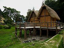 Ricostruzione delle palafitte dell'Età del Bronzo presso il lago di Ledro