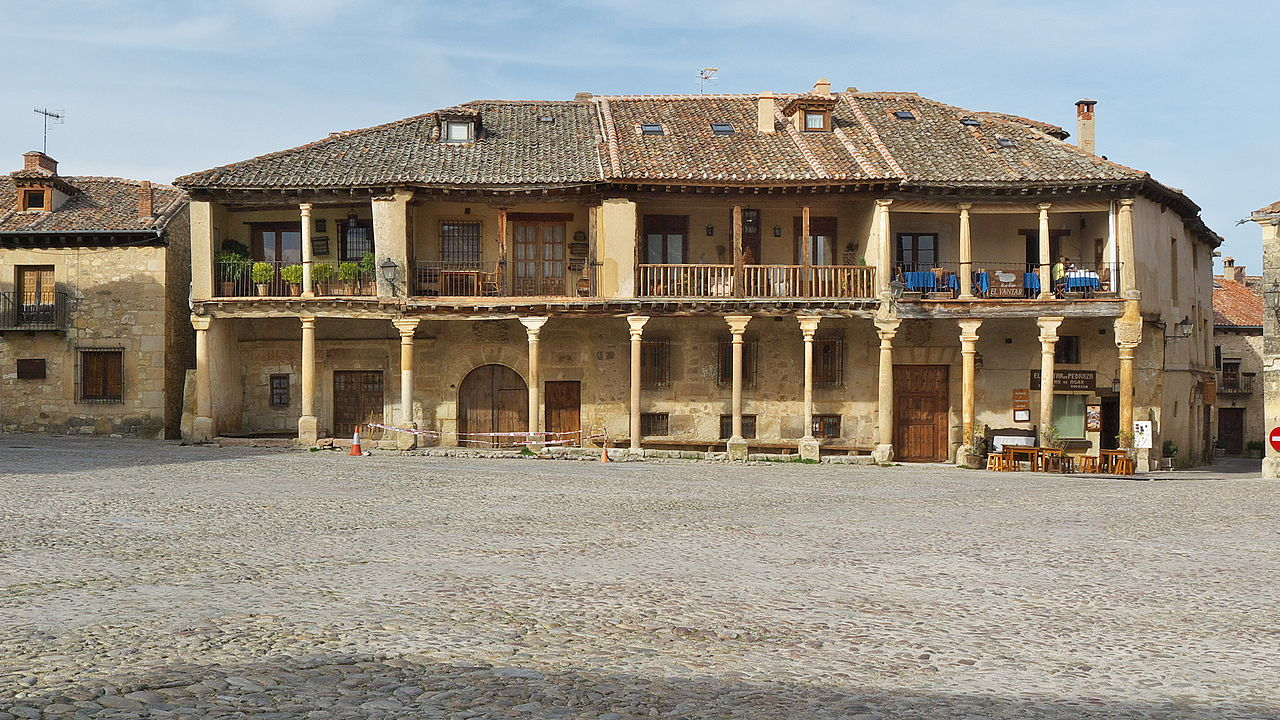 File plaza mayor de pedraza wikimedia commons - La olma de pedraza ...
