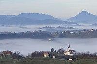 Pogled proti cerkvici Sv. Ana.JPG