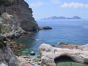 Cala fonte a Ponza e Palmarola sullo sfondo