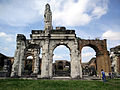 Porzione quasi integra di un ingresso dell'anfiteatro dell'antica Capua.jpg