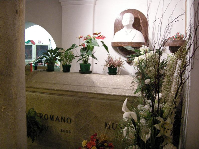 File:Predappio, cimitero di san cassiano, cripta, tomba di romano mussolini.JPG