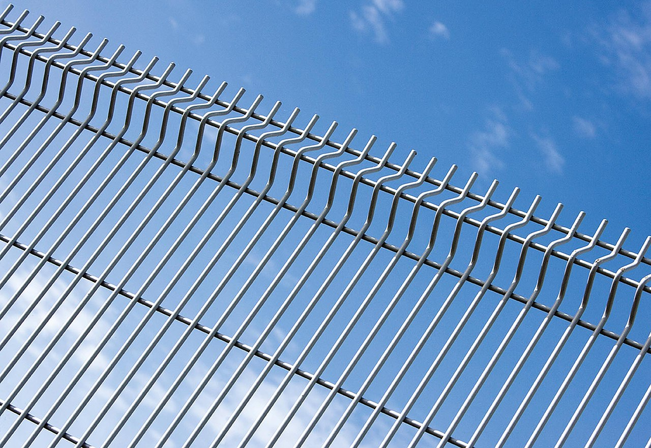 File:Profiled Welded Wire Mesh Fencing.jpg - Wikimedia Commons