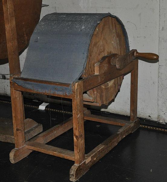 File:Ravensburg Konzerthaus Historische Klangerzeuger Windmaschine.jpg