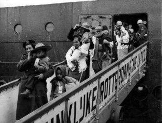 Republic of South Maluku - South Moluccans disembarking the ship 'Kota Inten', Rotterdam, 1951.