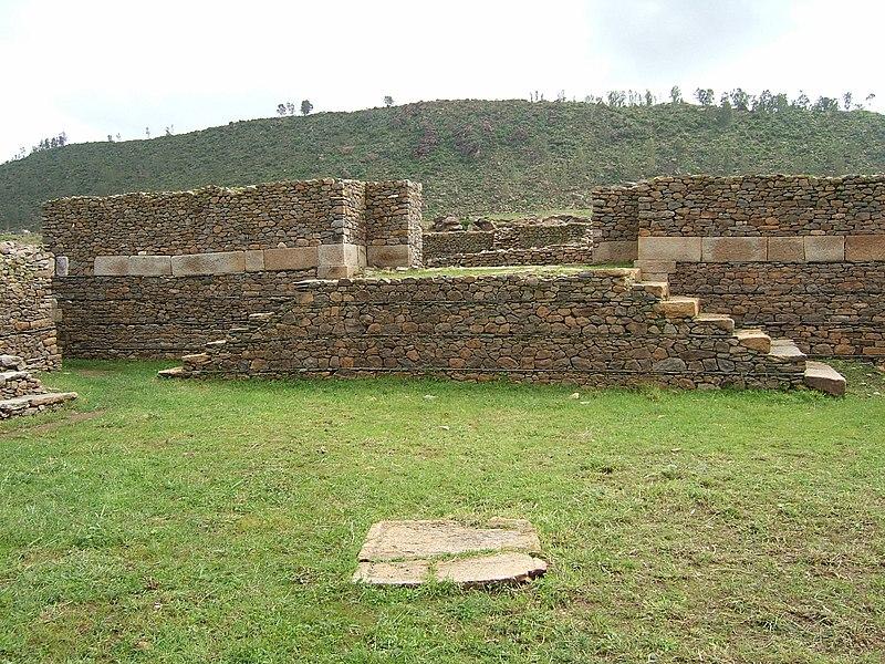 Fichier:Ruins in Aksum, Ethiopia.jpg