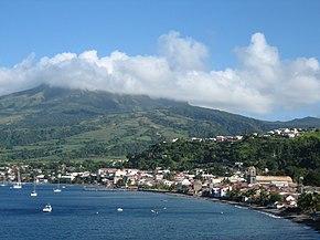 Saint-Pierre, en arrière-plan la Montagne Pelée.
