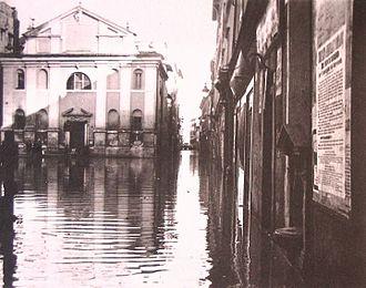 San Giacomo Scossacavalli - The church in Piazza Scossacavalli and the Borgo Vecchio during the Tiber flood of 15 February 1915