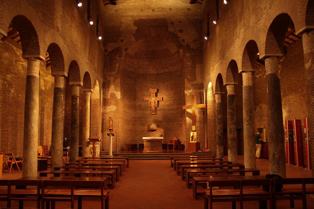 San Lorenzo in Piscibus - Aisle and apsis.jpg