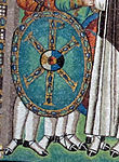 San vitale, ravenna, int., presbiterio, mosaici di giustiniano e la sua corte 10 scudo.jpg