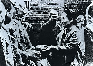 Soong Ching-ling - Soong Ching-ling visited soldiers in Chongqing during the Sino-Japanese War