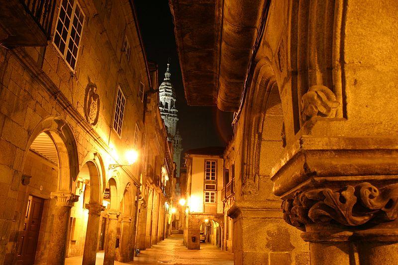 Plik:Spain.Santiago.de.Compostela.Rua.do.Vilar.Noche.jpg