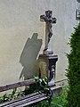 Steinkreuz an der Kirchenwand.jpg