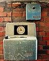 Stempeluhr zur Zeiterfassung, Grenzallee 22, Berlin-Neukölln.jpg