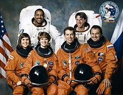 v.l.n.r. Vorne: Janice Voss, Eileen Collins, James Wetherbee, Wladimir Titow;Hinten: Bernard Harris, Michael Foale