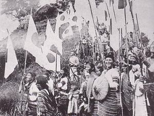 Taiwanese Aborigines who shake National flag of Japan.JPG