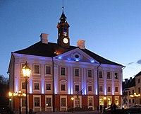 Tartu, osvětlená radnice.jpg