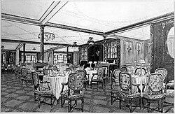 Weergave Meer Van Een Sierlijke houten lambrisering restaurant.  Tafels met vier van Vijf kussens stoelen are visible rond de scène, ontmoette opgerolde servetten en Tafellampen uiteengezet op de tafelbladen.