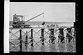 Trabalhadores Executam Obras de Construção com Guindaste a Vapor para Trabalho em Linha no Cais de Porto Velho - 1459, Acervo do Museu Paulista da USP.jpg