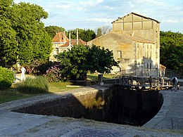 Trebes Lock on the Canal du Midi.jpg