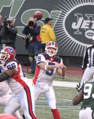 Trent Edwards - Trent Edwards passes the ball in a 2007 game against the New York Jets.