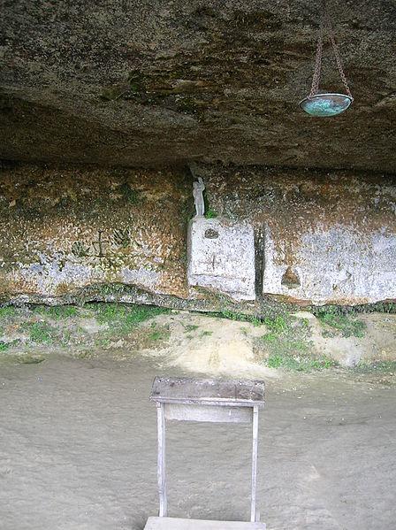 Fichier:Troglodyte church in Roque Saint-Christophe.JPG
